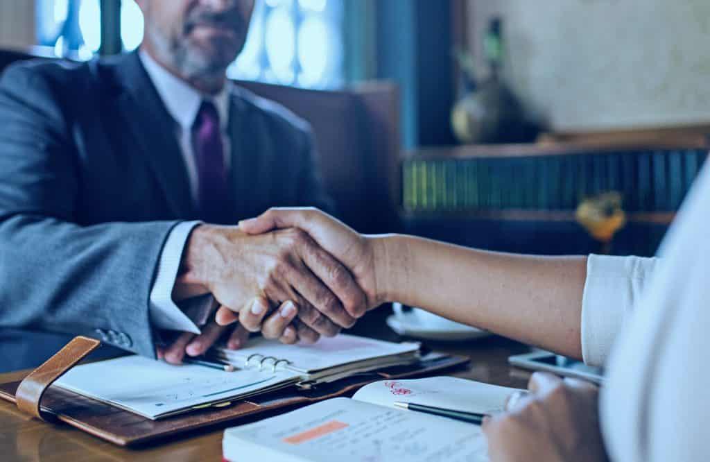 Descubra como receber indicação de clientes na advocacia