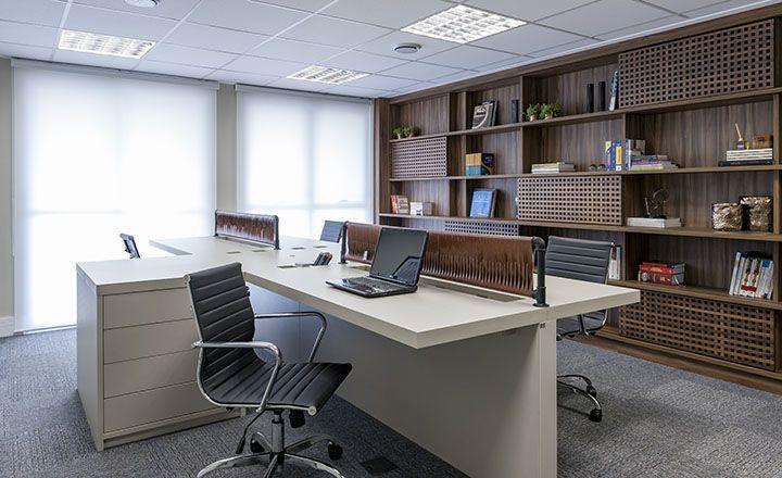 Decoração de escritório de advocacia com móveis claros
