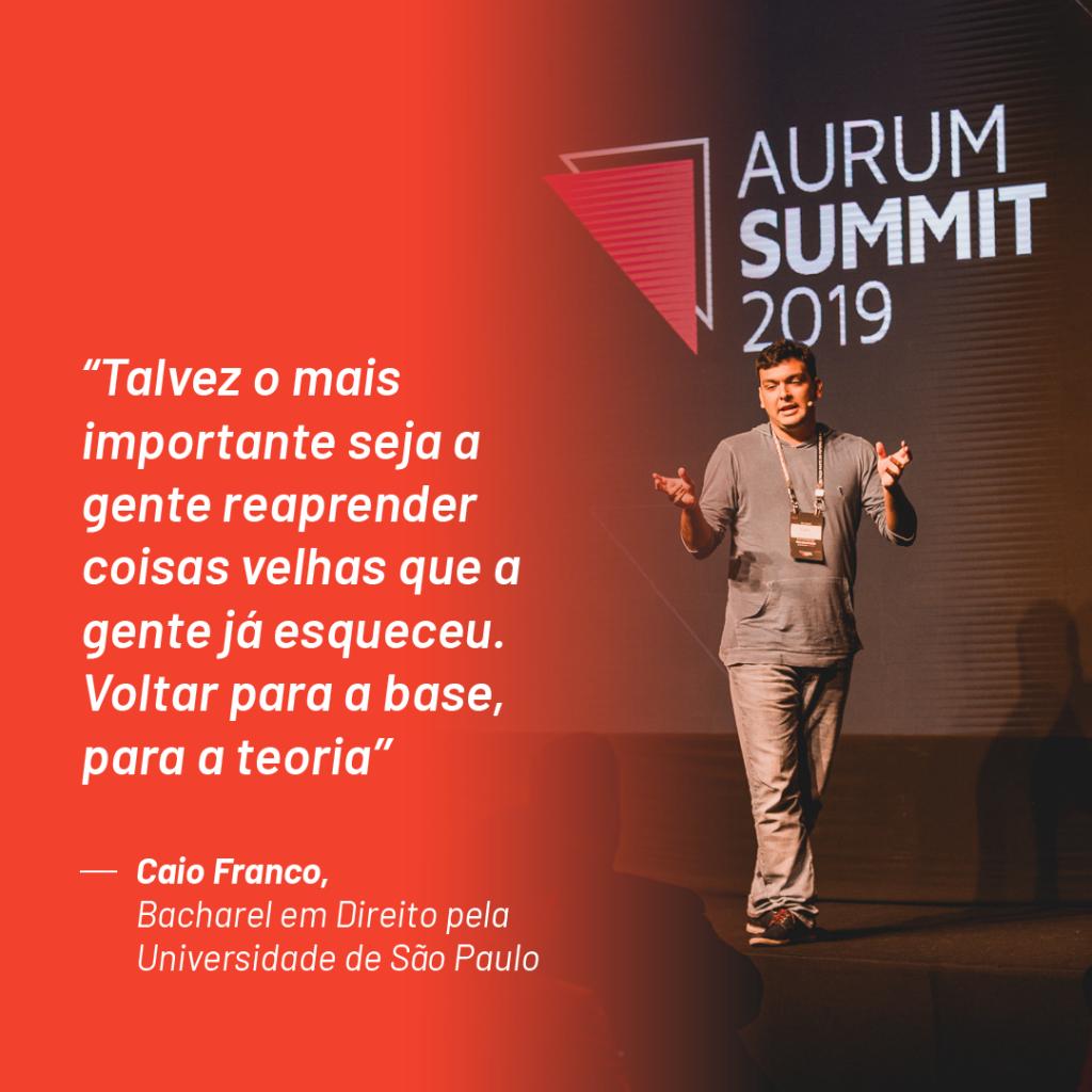 """Foto de Caio Franco no palco do Aurum Summit 2019 com a seguinte citação que ele fez durante o evento: """"Talvez o mais importante seja a gente reaprender coisas velhas que a gente já esqueceu. Voltar para a base, para a teoria"""""""
