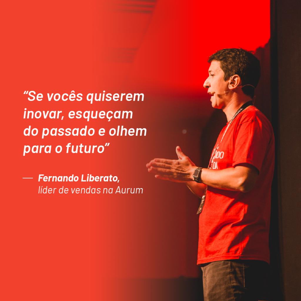 """Foto de Fernando LIberato no paco do Aurum Summit 2019 com a frase: """"se vocês quiserem inovar, esqueçam do passado e olhem para o futuro"""""""