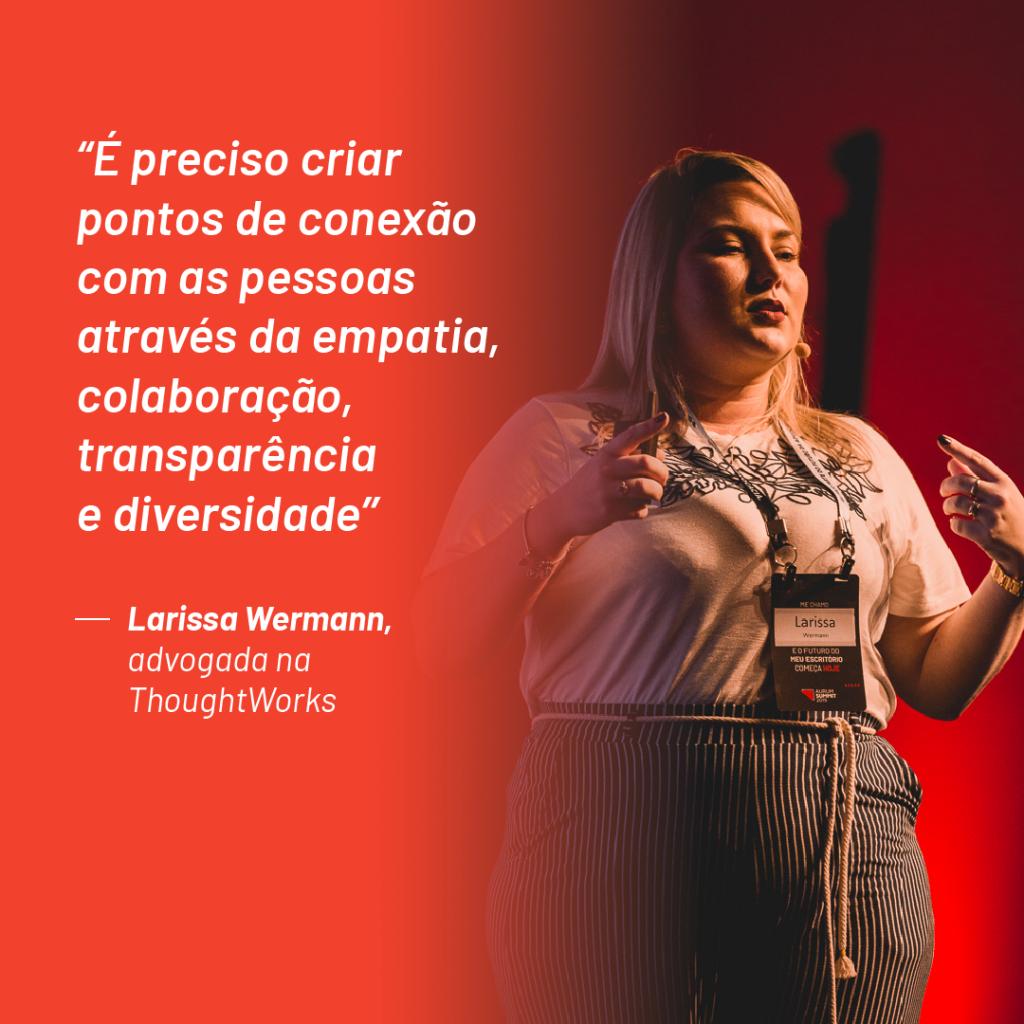 """Foto de Larissa Wermann no palco do Aurum Summit 2019 com a seguinte citação que ela fez durante o evento: """"É preciso criar pontos de conexão com as pessoas através da empatia, colaboração, transparência e diversidade"""""""