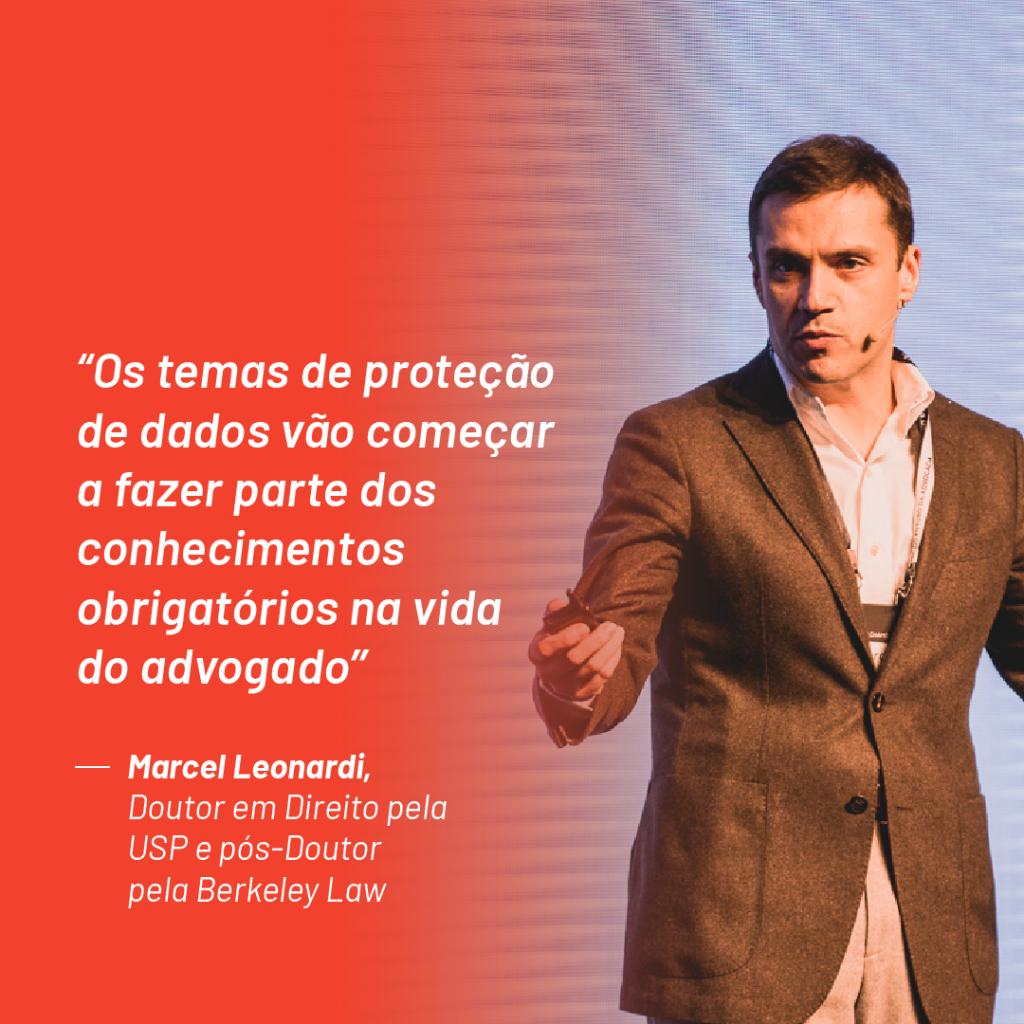 Foto de Marcel Leonardi no palco do Aurum Summit 2019 com a seguinte citação que ele fez durante o evento: ''Os temas de proteção de dados vão começar a fazer parte dos conhecimentos obrigatórios na vida do advogado''