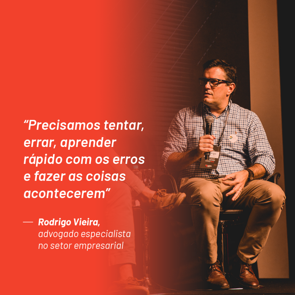 """Foto de Rodrigo Vieira no palco do Aurum Summit 2019 com a seguinte citação que ele fez durante o evento: """"Precisamos tentar, errar, aprender rápido com os erros e fazer as coisas acontecerem"""""""