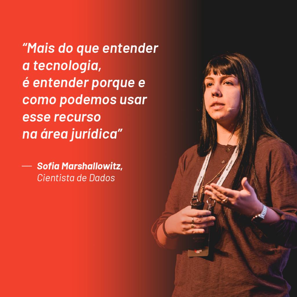 """Foto de Sofia Marshallowitz no palco do Aurum Summit 2019 com a seguinte citação que ela fez durante o evento: """"Mais do que entender a tecnologia, é entender porque e como podemos usar esse recurso na área jurídica"""""""
