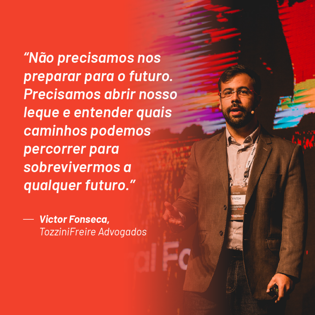 """Foto de Victor Fonseca no palco do Aurum Summit 2019 com a seguinte citação que ele fez durante o evento: """"Não precisamos nos preparar para o futuro. Precisamos abrir nosso leque e entender quais caminhos podemos percorrer para sobrevivermos a qualquer futuro"""""""